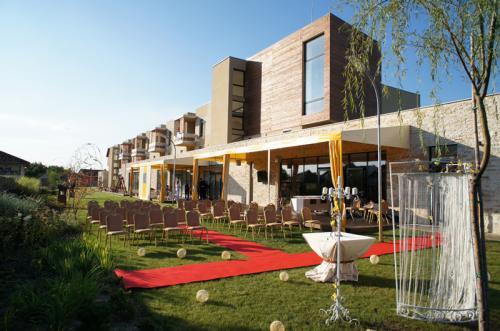 Restaurant Timisoara-Dacă doriți să faceți din cununia religioasă un moment special, vă oferim un cadru natural plin de verdeată în Parcul Restaurantului Harmonia.